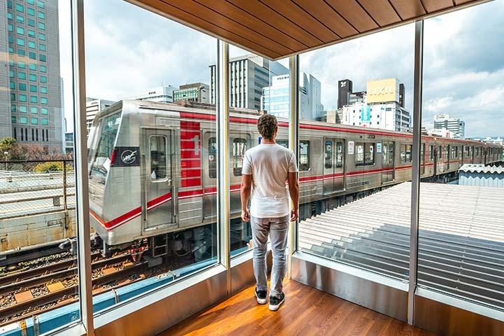 从御堂筋线、新大阪站电车观光景点观看驰骋而过的电车
