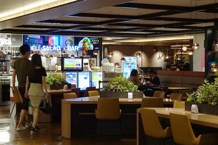 """梅田站的购物中心""""LUCUA""""的美食广场"""