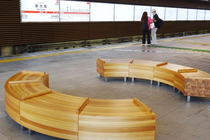 新大阪站站台上的时尚长椅