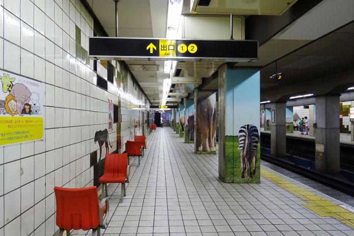 动物园前站的站台墙壁上所描绘的动物瓷砖画