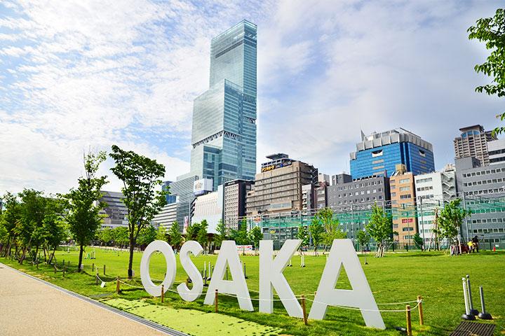 """天王寺站周边景点""""天王寺草坪""""的OSAKA纪念碑"""