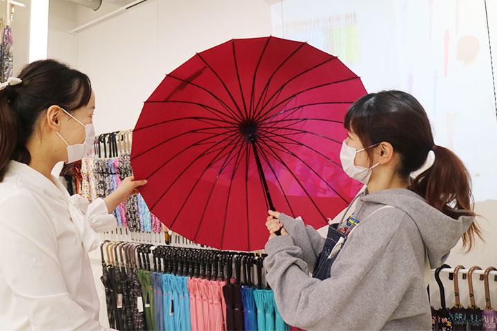 这把雨伞让人联想起适合搭配和服的番伞