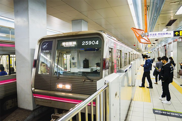 Osaka Metro 千日前线的车辆为粉红色