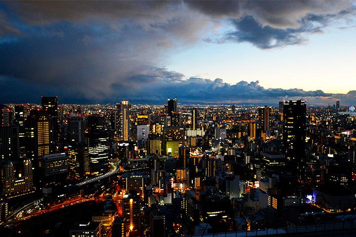 能够欣赏大阪市中心夜景的梅田蓝天大厦 空中庭园展望台