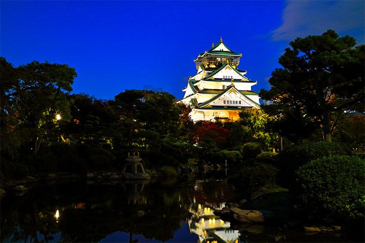 夜间亮灯的大阪城天守阁